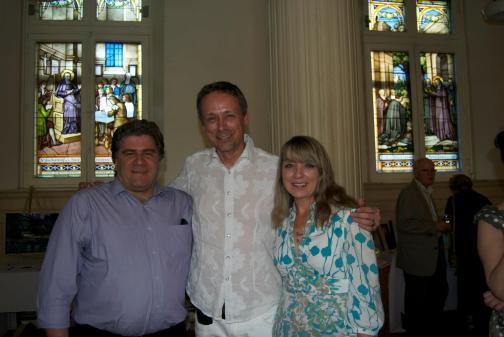 L'éditeur Guy Boulianne, les auteurs Denis-Martin Chabot et Francine Minville, lors du concert bénéfice organisé pour la Société littéraire de Laval, au Québec.